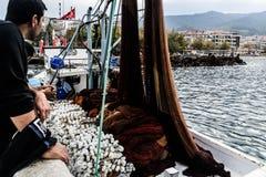 Pescadores de la ciudad de Cinarcik Fotos de archivo libres de regalías