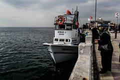 Pescadores de la ciudad de Cinarcik Imágenes de archivo libres de regalías