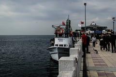 Pescadores de la ciudad de Cinarcik Imagen de archivo libre de regalías