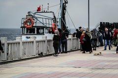 Pescadores de la ciudad de Cinarcik Fotos de archivo