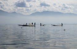 Pescadores de la mañana en el lago Inle Foto de archivo libre de regalías