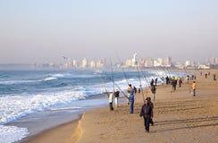 Pescadores de la madrugada en la playa azul de la laguna fotos de archivo libres de regalías