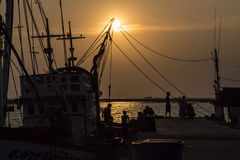 Pescadores de la silueta y barco de pesca Foto de archivo