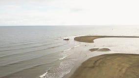 Pescadores de la visión aérea que cogen pescados por la red del barco de pesca en el mar Pescador que pesca pescados con la red d almacen de video