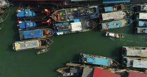 Pescadores de los barcos en el ancla almacen de video