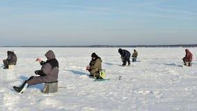 Pescadores del invierno en el hielo del río Imágenes de archivo libres de regalías
