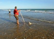 Pescadores dos moluscos nas praias de Huelva, a Andaluzia, Espanha Imagem de Stock