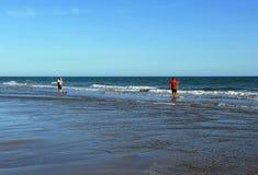 Pescadores dos moluscos nas praias de Huelva, a Andaluzia, Espanha Fotos de Stock