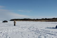 Pescadores e carro em um lago congelado imagens de stock royalty free