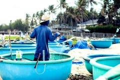 Pescadores em seus barcos após uma viagem da noite da pesca fisher m foto de stock royalty free