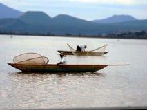 Pescadores em sua pesca diária foto de stock