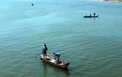 Pescadores em um barco fotografia de stock