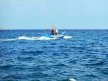 Pescadores em um barco para fora aos peixes no oceano Favignana, Itália fotos de stock royalty free