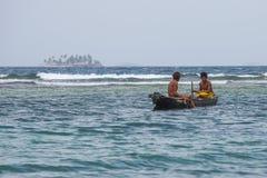 Pescadores en agua tropical Fotografía de archivo