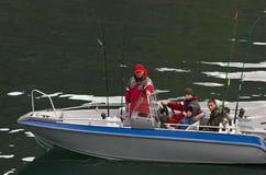 Pescadores en barco fotos de archivo