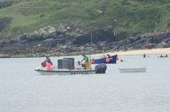 Pescadores en bote pequeño con los potes de langosta foto de archivo libre de regalías