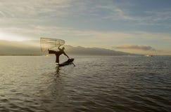 Pescadores en el amanecer del lago Inle Foto de archivo