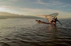 Pescadores en el amanecer del lago Inle Imagen de archivo