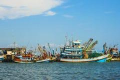 Pescadores en el barco para la captura diaria Imagenes de archivo