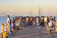 Pescadores en el embarcadero de Durban Imagen de archivo libre de regalías