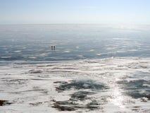 Pescadores en el hielo del lago Baikal foto de archivo