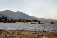 Pescadores en el lago Bafa Foto de archivo libre de regalías