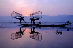 Pescadores en el lago Inle, Myanmar imagen de archivo