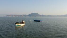 Pescadores en el mar tranquilo Imágenes de archivo libres de regalías