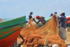Pescadores en el mercado de pescados de Negombo (Sri Lanka) Imagen de archivo libre de regalías