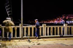 Pescadores en el puente - Turquía Foto de archivo libre de regalías