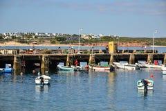 Pescadores en el puerto, Bordeira, Algarve, Portugal Imágenes de archivo libres de regalías