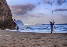 Pescadores en la costa atlántica durante una tormenta, Portugal, mayo de 2017 Foto de archivo libre de regalías