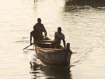 Pescadores en la costa del cabo, Ghana, África occidental Fotografía de archivo libre de regalías