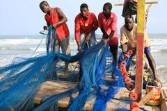 Pescadores en la costa del cabo, Ghana Foto de archivo