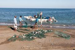 Pescadores en la playa Fotografía de archivo libre de regalías