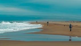 Pescadores en la playa foto de archivo libre de regalías