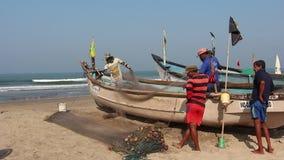 Pescadores en la playa de Arambol almacen de video