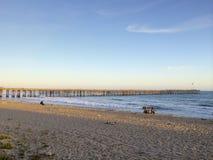 Pescadores en la playa en Ventura, CA Imagen de archivo libre de regalías