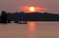 Pescadores en la puesta del sol Imagen de archivo libre de regalías