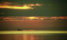 Pescadores en la puesta del sol fotografía de archivo libre de regalías