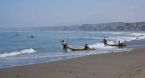 Pescadores en los barcos de lámina, Huanchaco, Perú imagenes de archivo