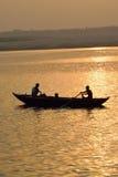Pescadores en los barcos de madera en el río Ganges en Varanasi, la India Imagen de archivo
