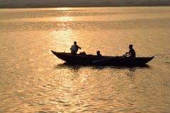 Pescadores en los barcos de madera en el río Ganges en Varanasi, la India Foto de archivo libre de regalías