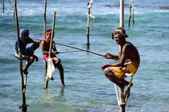 Pescadores en los zancos en la costa de Sri Lanka Foto de archivo libre de regalías