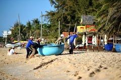 Pescadores en Mui Ne Vietnam Imagen de archivo
