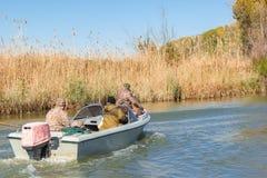 Pescadores en un barco Imagenes de archivo