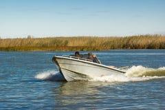 Pescadores en un barco Foto de archivo