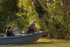 Pescadores en un barco Fotos de archivo libres de regalías