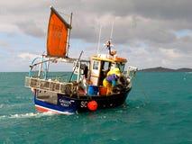 Pescadores en un barco, islas de Scilly, Cornualles Inglaterra Fotografía de archivo