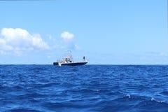 Pescadores en un barco mientras que pesca en el mar Imagen de archivo libre de regalías